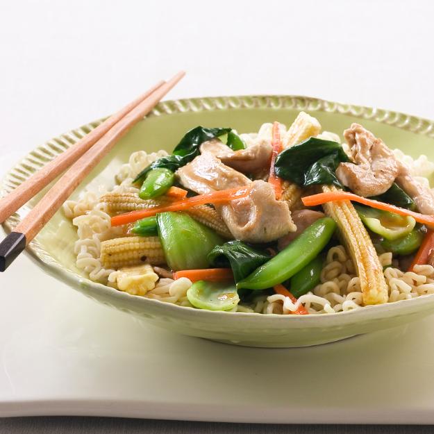 Wok di pollo e verdure marinati